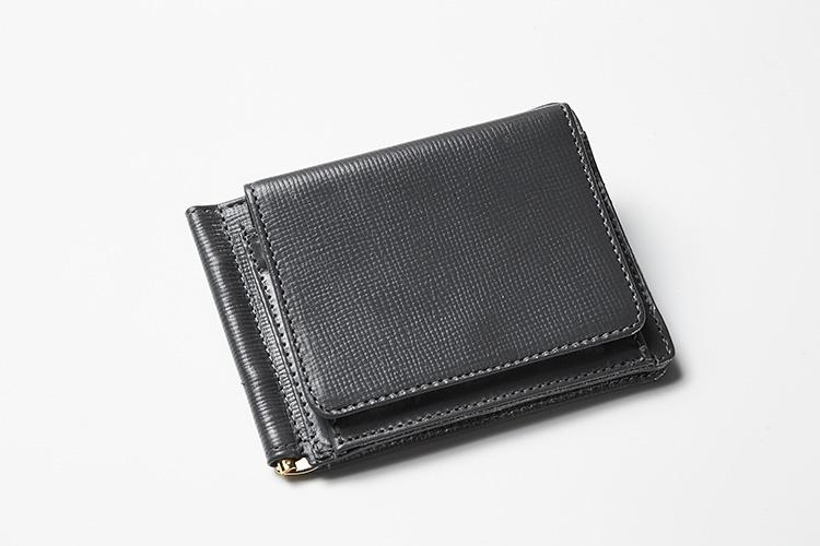 <p><strong>グレンロイヤル</strong></p> <p>コインケースが外付けになったマネークリップは、スーツの胸ポケットでも嵩張らない薄さ。ランチタイムに手ぶらで外出するときにもスマートだ。ブランドの定番素材、ブライドルレザーにはエンボス加工を施され、傷が目立ちにくくなっている。約縦9×横11×マチ1.5cm。3万1000円(ブリティッシュメイド 銀座店)</p>