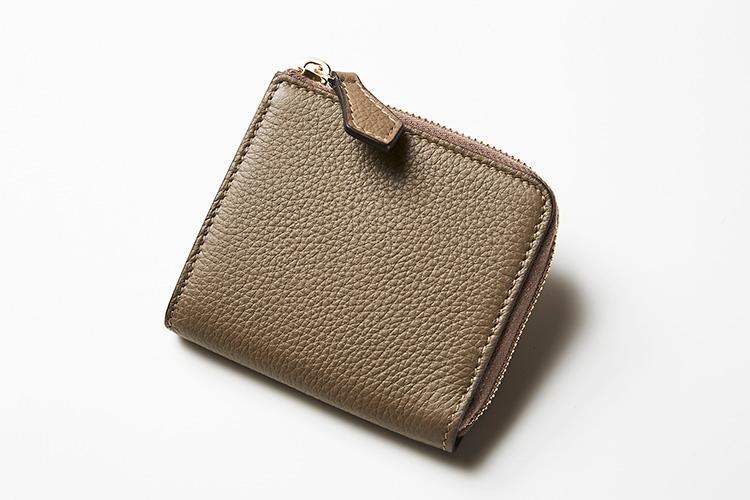 <p><strong>シセイ</strong></p> <p>スマホ決済が進むなか、ミニマル化が進む財布のニーズに応えたコンパクトなジップウォレット。膨らみのあるシボが高級感漂うグレージュのカーフレザーは、シセイのバッグと共通。揃えて持ってもお洒落だ。縦10×横9.5×マチ2cm。3万5000円(ストラスブルゴ)</p>