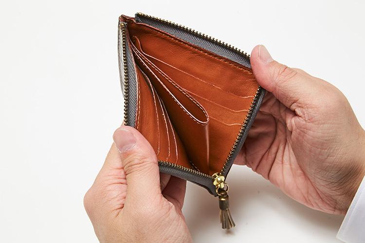 <p>フェリージ/開いたところ</p> <p>中央のコインポケットを境に、左右に3室ずつ、計6室の十分なカード入れを装備。</p>