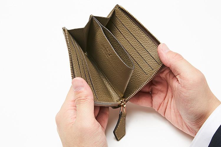 <p>シセイ/開いたところ</p> <p>L字ジップを開けると、オープンポケットのコイン室が出現。レジやタクシーでもパッと取り出せてスマートだ。</p>