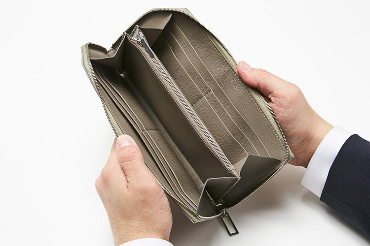 <p>カミーユ・フォルネ/開いたところ</p> <p>マチ付きコンパートメント2つ、ファスナー付きポケット1つ、フラットポケット2つ、カード用ポケット8つという圧倒的収納力がありつつも、この薄さと、素材の良さは驚き。</p>