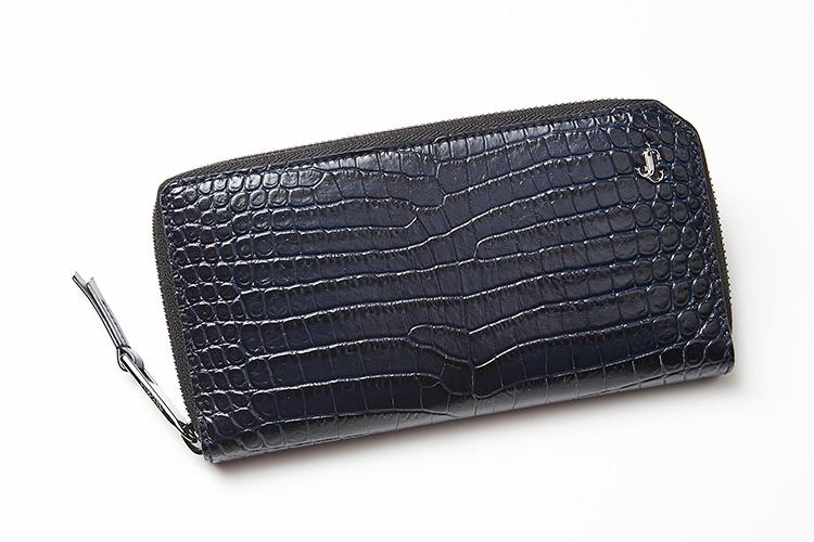 <p><strong>ジミー チュウ</strong></p> <p>深海のようなマリンカラーを艶めくクロコエンボスレザーが引き立てる、イタリア製のジップアラウンドウォレット。ハイブランドの財布で、自分を格上げしてみては。縦10×横18.5×マチ2.5cm。7万2000円(ジミー チュウ)</p>