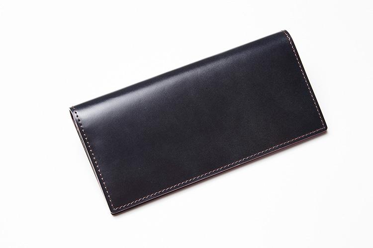 <p><strong>エルゴポック</strong></p> <p>耐久性に優れた馬革のコードバンを使用した長財布。使うほど味わいが増すところも楽しい。正統派のクラシックな見た目だが、薄マチ仕様のためスーツの内ポケットに入れてもシルエットが崩れにくい。縦9×横19×マチ2cm。4万9000円(キヨモト NC事業部)</p>