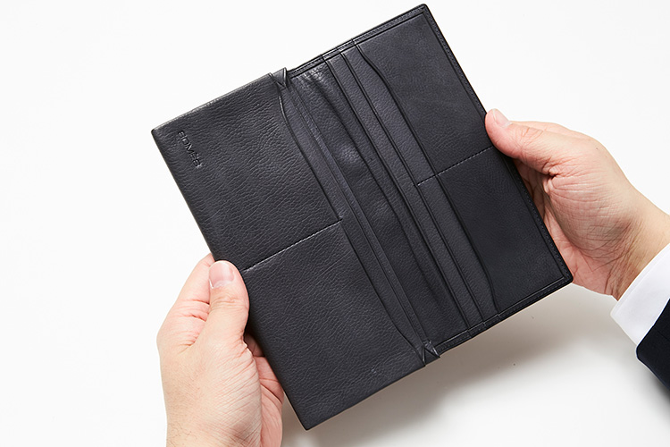 <p>(ソメスサドル/開いたところ)</p> <p>日本唯一の馬具メーカーの財布は、内装も工芸品のような美しさ。上質なカーフスキンの手触りも心地いい。</p>