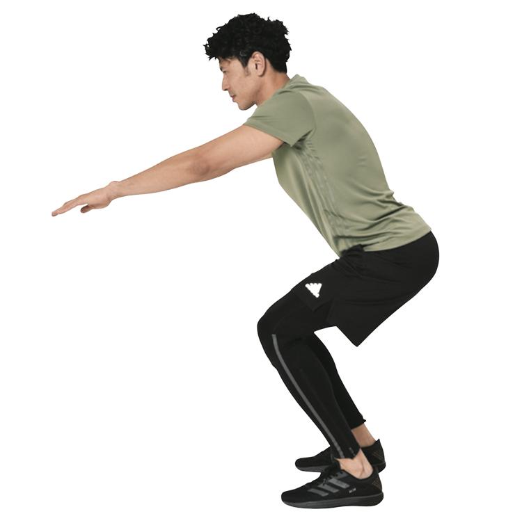 <p><strong>NG!</strong><br /> こちらは初心者が陥りやすいNGフォーム。膝がつま先よりも前に出て、身体の重心が前に傾いている。</p>