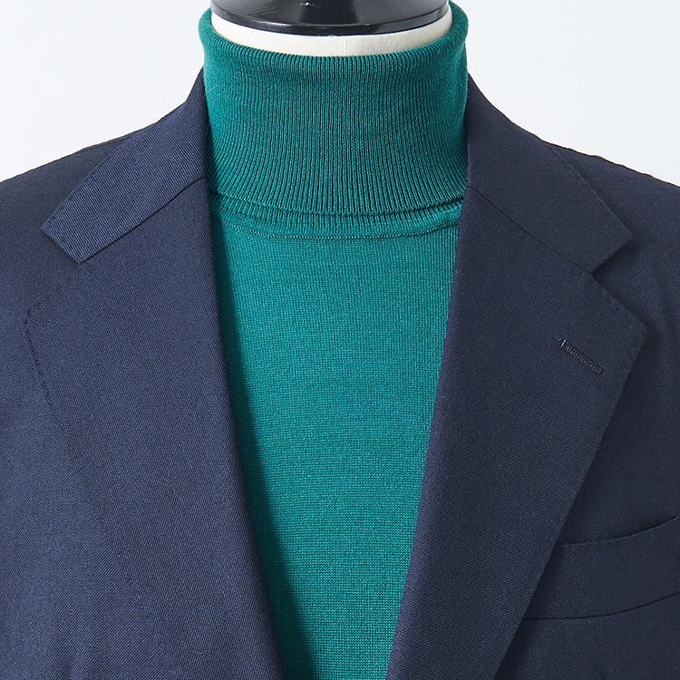 <p><strong>4位<br />休日にスーツをドレスダウンして着るコツは?【1分で出来るスーツのお洒落】<br /> </strong><br />普段仕事で着ているスーツを休日にも応用するとき、ノータイで上品に見せるにはどんなアイテムを合わせるとよいか? ネクタイがなくなる分、シャツをノータイで合わせるよりもハイゲージのタートルニットなどのほうが襟元が詰まってきちんと感が出る。黒やグレーだとシックな雰囲気に、写真のような明るめグリーン系をもってくると休日らしい華やかさを演出することが出来る。</p>