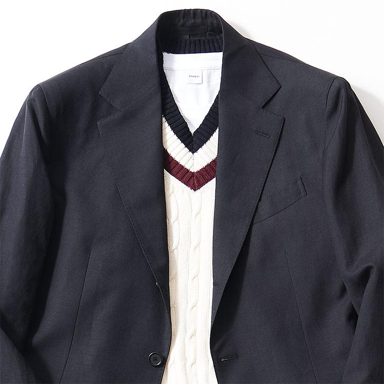 <p><strong>4位<br />「休日に着る黒スーツ」大人に見えるインナーは?【1分で出来るスーツのお洒落】</strong><br />この春、旬な黒スーツ。休日に着るなら、どんなインナーを合わせるとお洒落な雰囲気になるか? 黒スーツで礼服感を出さないためには、シャツよりもニットくらいがちょうどいい。たとえば写真のようなチルデンニットは、1枚で着るとゴルフ場のお父さん風になりがちだが、黒スーツに合わせることでモダンな印象に早変わり。あえてスカーフなども巻かず、シンプルに見せるのが◎。<small>(2020年3月号掲載)</small></p>