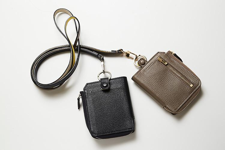<p><strong>ラルコバレーノ</strong></p> <p>L字ジップで開く2つ折りの財布のスマートネックウォレット。外装は片面にジップポケット、もう片面にスリットポケットが付属している。上部が開いているので、スマホを差し込んで持ち歩くこともできるのが特徴。シボ革はフランスの老舗高級タンナー、アルラン社のもので、軽く耐久性に優れ、傷にも強いゴートレザーが採用されている。スマートネックウォレット:縦11×横9×マチ2cm。各3万8000円(エンメ)</p>