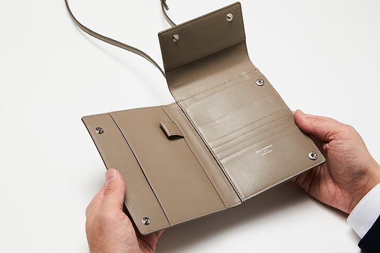 <p>(ペッレ モルビダ/開けたところ)</br></p> <p>スナップ式のフラップを開けて、2つ折りを開くと、財布としての機能とともに、パスポートの収納、ペンホルダー、カードポケットを配置。</p>