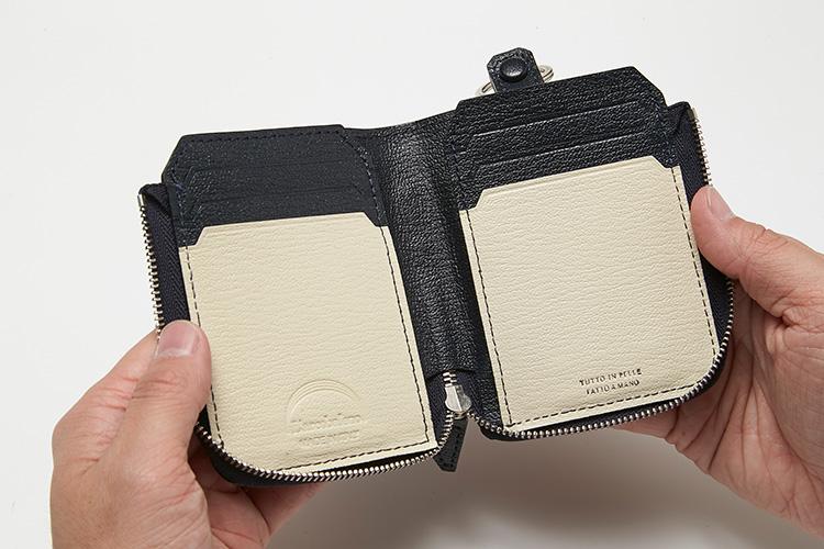 <p>(ラルコバレーノ/開けたところ)</p> <p>2つ折り財布は、札を折らずに収納できるので便利。ジップを開くとバイカラーになっており、これがストラップのカラーと連動している。カードポケットが左右に3枚ずつ計6枚収納可能。</p>