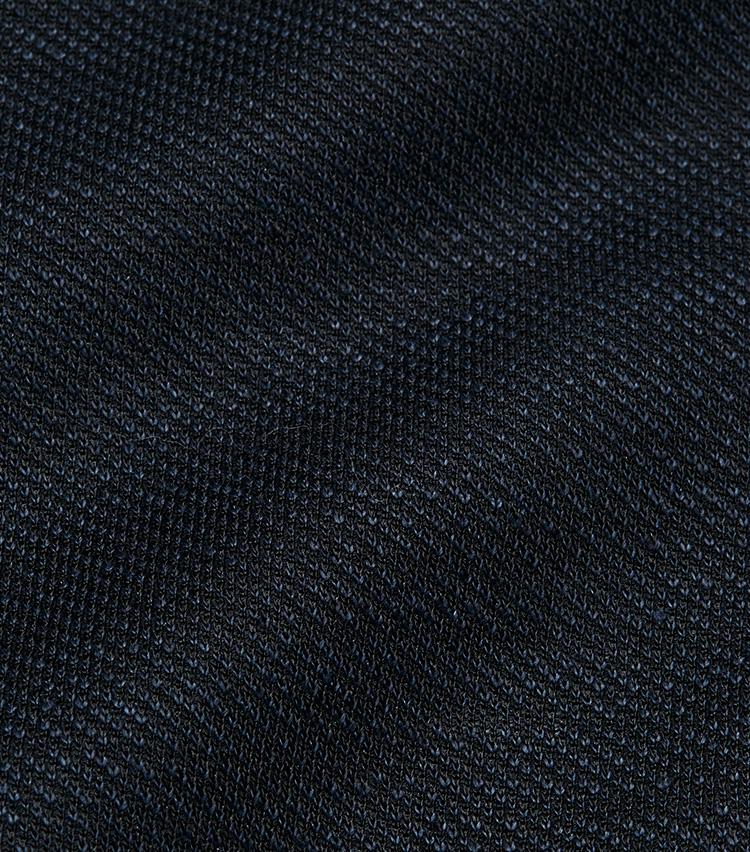 <p><strong></strong></br>よく見ると濃淡織り混ざった表情豊かなネイビー。リネン・レーヨン・ナイロンをミックスし、糸に紡績する前にトップ染めを行なってから織り上げたのち、さらに後染めを行うという凝った染色によるものだ。</p>