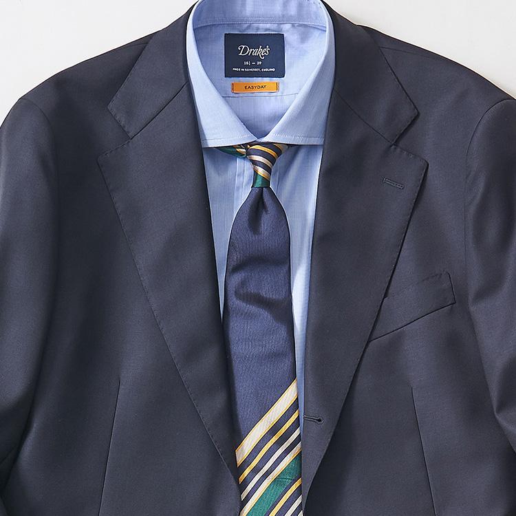 <p><strong>5位<br />紺スーツ+青無地シャツを旬に見せるネクタイは?【1分で出来るスーツのお洒落】<br /> </strong><br />紺無地スーツにサックスカラーの無地シャツは、どんなネクタイでも合わせやすい、鉄板の組み合わせ。ここに紺無地ネクタイを組み合わせると極めてシンプルなビジネススタイルになるが、もっと旬度を上げて新鮮な印象に見せるにはどんなネクタイを合わせるのがよいか? たとえば一見紺無地ネクタイのようでいて、結んだときのノット周りや大剣先にランダムにストライプ柄が入った「パネルストライプ」タイはどうだろう。ジャケットのフロントを開けたときなどに一気に洒落度が増しておすすめだ。</p>