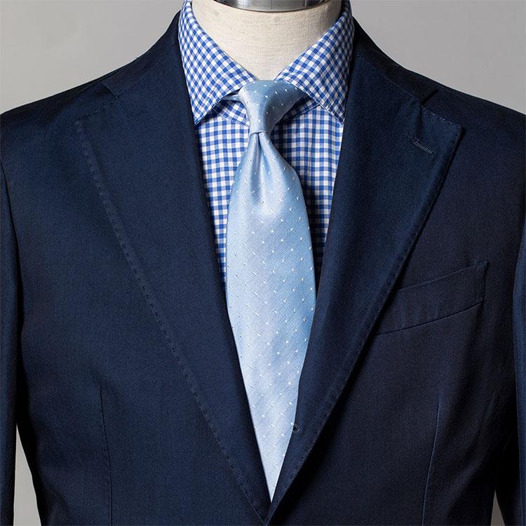 <p><strong>5位<br />いつもの紺スーツを爽やかに見せるコツ【1分で出来るスーツのお洒落】</strong><br />いつも着ている紺スーツを、爽やかに見せるシャツ&ネクタイは? サックス無地シャツに紺無地タイなどブルートーンでまとめるのは1つの手。さらに爽やかさをアップするなら、シャツを明るめブルーのギンガムチェックに、ネクタイをサックス色のペールトーンのマイクロドット小紋にしてみよう。若々しい印象も加わり、春らしく好感度の高い胸元が完成する。<small>(2020年3月号掲載)</small></p>
