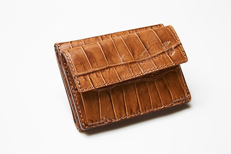 <p><strong>フェリージ</strong></p> <p>ヘーゼルナッツカラーという色名が楽しい、コンパクトな三つ折り財布。カード入れ3室、札入れ1室、外付けコインケース1室のほか、コインケース裏にも隠しポケット1室が備わり、駐車券などの収納に役立つ。縦7×横9.5×マチ3cm。3万7000円(フィーゴ)</p>
