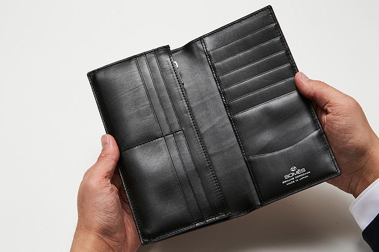 <p>(ソメスサドル/開けたところ)</p> <p>わずか1.5cmのマチ幅に、コイン・紙幣・カードなどがまんべんなく収まり、使い勝手もばっちり。</p>