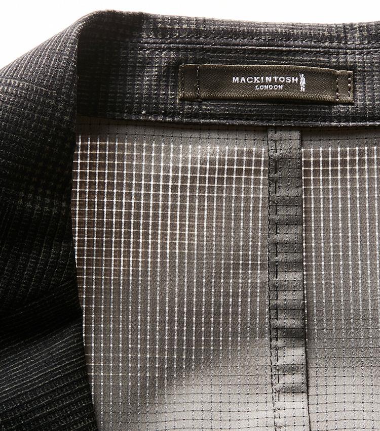 <p><strong></strong></br>光に透かすと、無数の孔が空いていることがわかる。これが衣服内の湿気や熱を発散する秘密だ。</p>