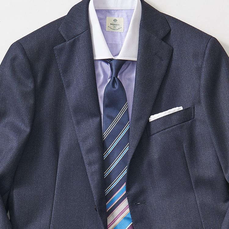 <p><strong>8位<br />紺無地スーツを新鮮に見せるなら?【1分で出来るスーツのお洒落】<br /> </strong><br />いつも着ている紺無地スーツを、全然違う印象に見せるにはどんなシャツやネクタイを合わせたらよいか? 一目瞭然で変化がつくのは、写真のようなストライプがランダムにあしらわれた「パネルストライプ」柄のネクタイ。大剣先のほうに柄が集中しているものなら、スーツの前を開けて着たときもかなりインパクトが出る。ここに白無地でなくカラークレリックシャツなどを合わせると、さらに旬度の高い新鮮な胸元が完成する。</p>