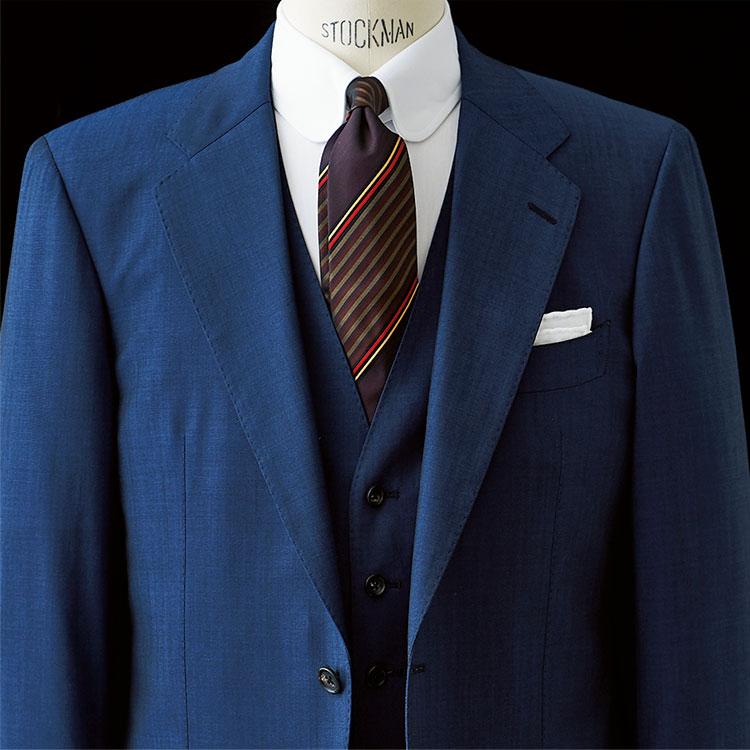 <p><strong>8位<br />ひと目で品格を出せるスーツは、こんなディテール!【1分で出来るスーツのお洒落】<br /> </strong><br />品格や貫禄を出したいとき、スリーピースのスーツは有効だ。中でも、ラペル広めでゴージラインが低く、ボタン位置も低めのスーツは全体的に重厚な印象を醸し出すことができる。合わせる白シャツはラウンドタブカラーなどでクラシックに。その中でも少し若さを出すなら、スーツの地色を濃色ではなく、少し明るめのネイビーなどにすると顔周りも明るく見えてよいだろう。<small>(2020年4月号掲載)</small></p>