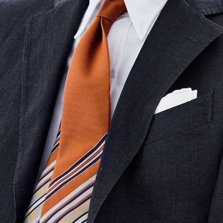 <p><strong>10位<br />「仕事の黒スーツ」にはどんなネクタイが似合う?【1分で出来るスーツのお洒落】<br /> </strong><br />ベーシックな紺やグレーの無地スーツに飽きたら、あえて「黒」を仕事で着てみてはどうだろう? ウールの黒だと重たい感じになるかもしれないが、リネン素材の黒スーツなら適度なシャリ感や光沢で大人の艶気を醸し出してくれる。ここに黒っぽいネクタイを合わせてしまうと、礼服然として見えてしまう恐れもあるので注意しよう。逆にオレンジなどの明るめネクタイで彩りを添えると、コンサバで洒落度の高い胸元になる。<br /> <small>(2019年3月号掲載)</small></p>