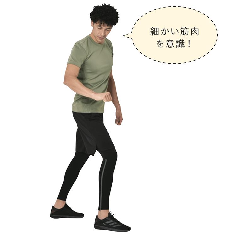 <p><strong>1.</strong>軽く膝を曲げて、踏ん張れる体勢に。右手をお腹の前に出し、こぶしを作る。</p>