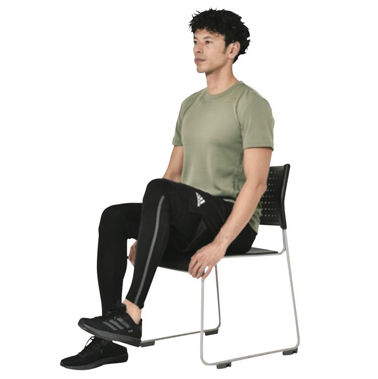 <p><strong>1.</strong>動作は椅子に浅めに座った状態から、背すじを伸ばし片足を浮かせる。</p>