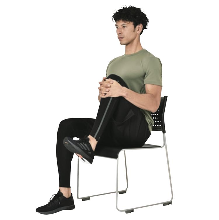 <p><strong>3.</strong>7~10秒かけて膝を胸に引き寄せながら、同時にその力に拮抗するように膝を前に押し出す。反対側も同様に、左右それぞれじっくり10回/1セットを1日2セット実施が目安。</p>