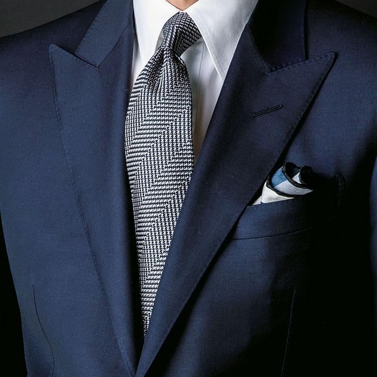 紺スーツを、よりフォーマルに見せるには?【1分で出来るスーツのお洒落】