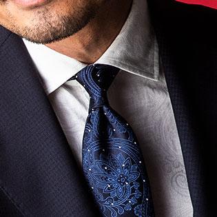 紺×白のストイックな胸元に華やかさを加えるなら?【1分で出来るスーツのお洒落】