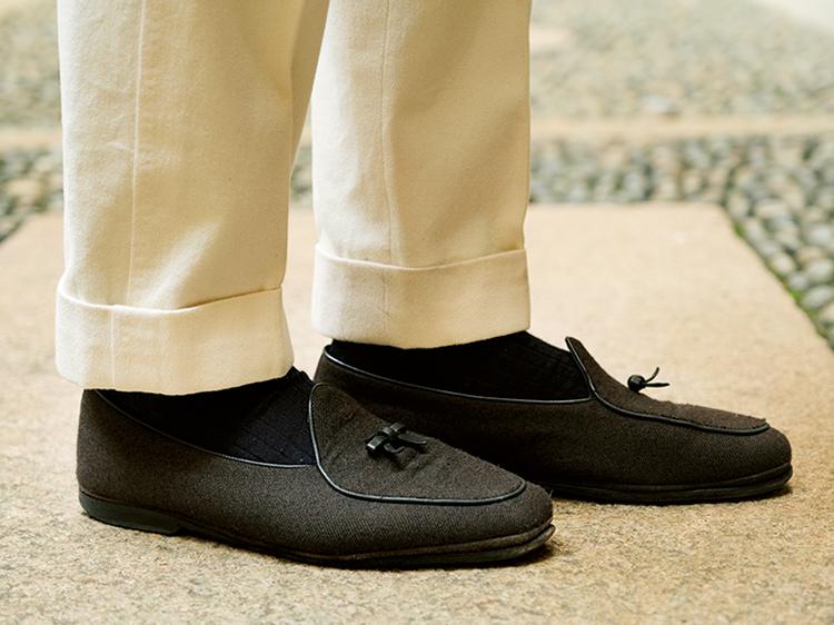 <p><strong>セオリー5:白パンの裾丈は1cm短めに</strong><br /> クラシックな装いではパンツの裾は靴に 届くぐらいの長さが基本だが、汚れの目立つ白パンの場合には、裾を汚さないために普段のパンツ丈より1cmほど短めにしたほうがよい。</p>