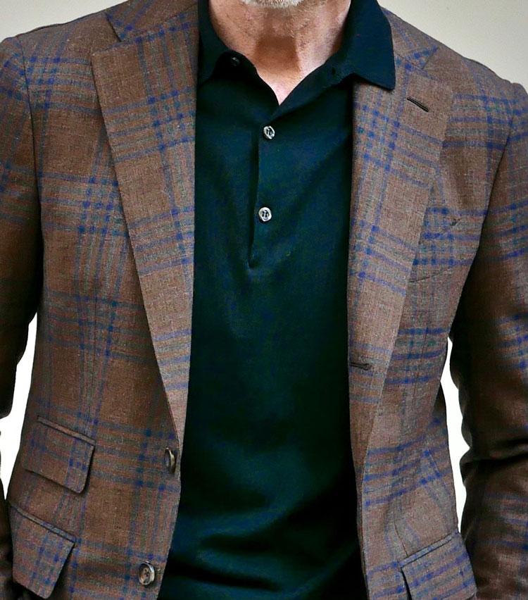 <p><strong>1. 上質ニットがつくる繊細な大人の胸元</strong></p> <p>ディナーへ出かけるために休日用のスーツを着るも、シャツでは堅すぎるし鹿の子ポロではカジュアルすぎる・・・・・・。そんな時に使えるのがニットポロ。なかでも、黒のハイゲージは上着の色柄を問わず使える幅の広い万能カラー。片襟をラペルの上に出す、イタリアらしい着こなしだ。</p>