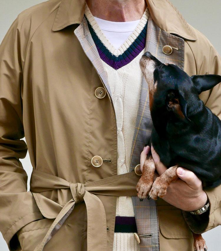 <p><strong>3.白Tシャツのクリーンで上品な抜け感を知る</strong></p> <p>愛犬を連れて、近所の公園まで散歩に出かける。Tシャツの上からコットンのチルデンニットを重ね、リバーシブル仕様のスプリングコートをさっと纏う。パンツはリラックスしたゆったりカーゴ。ウエストベルトをギュッとひと結びすれば、腰元にポイントが生まれて大人の雰囲気がグッと増す。</P></p>