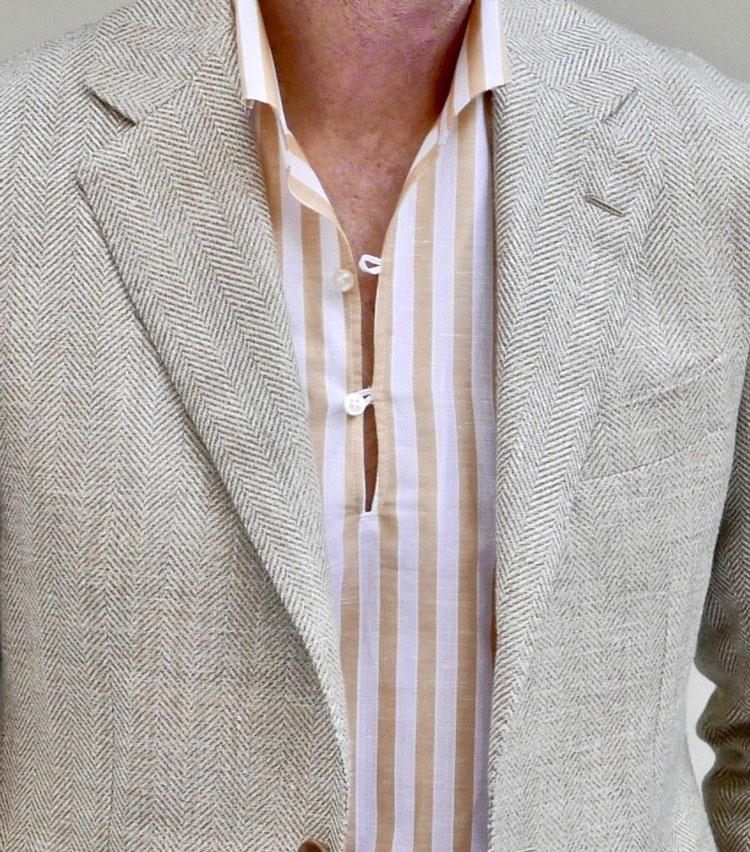 <p><strong>5.涼しげな襟元でリラックス感を演出</strong></p> <p>リゾート気分の高まるカプリシャツも、ジャケットを羽織れば街中にも自然に馴染む。歳を重ねた男の休日は、ジャケットが必要なシーンに遭遇するもの。カジュアルな印象の明るいベージュジャケットも、落ち着いた雰囲気のヘリンボーン柄なら、格式高いホテルの洗練された雰囲気や上質なもてなしの中でも、気負うことなくディナーを楽しめるはず。襟はジャケットからアウトせずに、きちんとラペルに収めるのが上品さのポイントだ。</p>