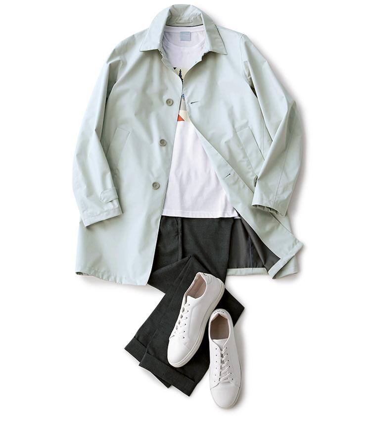 <p><strong>梅雨時の軽い羽織り物にも</strong><br /> 裏地なしの軽快仕立て&コンパクトなシルエットのため、Tシャツの上にサラリと羽織っても決まる。雨に強く蒸れにくいゴアテックス素材は梅雨時にも心強い。<small>Tシャツ8000円/ルトロワ(八木通商) パンツ2万2000円/トゥモローランド(トゥモローランド) 靴4万円/パント・フォラドーロ(カメイ・プロアクト)</small></p>