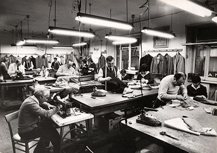 <p>1959年にアブルッツォ州のペンネに大規模な工房を建設。現在もここで伝統的な仕立てがなされている。</p>