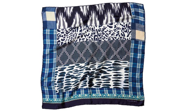 <p>ネイビー×白の総柄シルクスカーフ。67cm角。1万1000円/ピエール=ルイ・マシア(フィーゴ)</p>