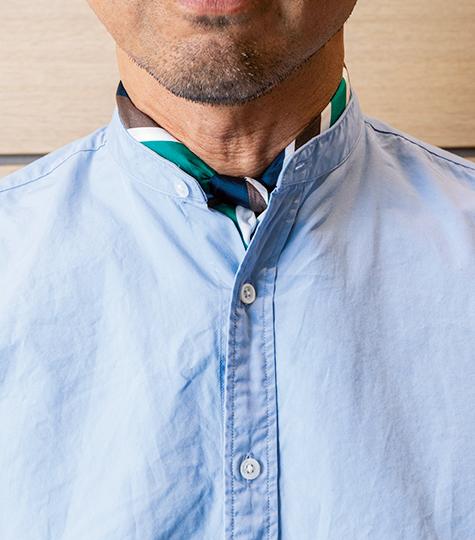 <p>写真はバンドカラーだが、シャツ類にスカーフを巻く場合、しっかりと結んだ方がドレッシーに見える。スカーフのサイズは結び目が大きくならない66cm前後角が最適。</p>