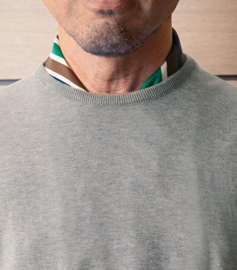 <p>クルーネックニットの場合、結ばずに垂らすと洒脱に見える。87cm前後角にすると左右にズレにくい。</p>