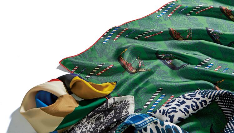 休日服が格段に見違える!「襟型別・スカーフの巻き方」のコツ