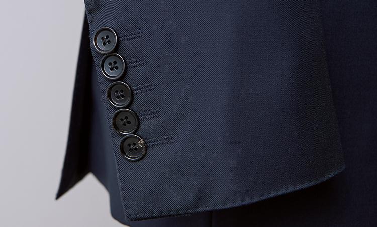 <p><strong>【Check!】5つボタン</strong><br /> クラシックなジャケットの袖口ボタンは4つ、もしくは3つが基本だが、オコナーは5つのボタンを重ねづけしている。このちょっとした捻りも、オリジナリティを演出するポイントとなっている。</p>