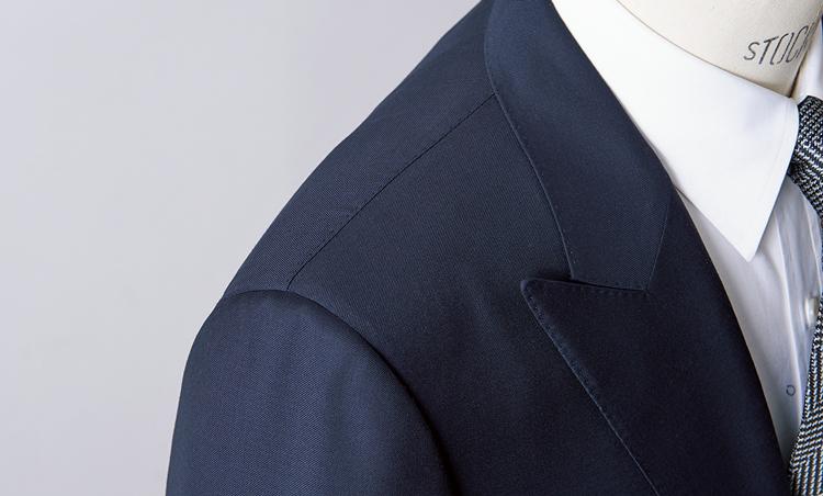 <p><strong>【Check!】構築的な肩</strong><br /> 肩には比較的しっかりしたパッドを仕込み、肩先もわずかにコンケーブしている。ブリティッシュスーツの伝統を踏襲したこうした構築的な仕立てが、マスキュリンなイメージを強調している。</p>