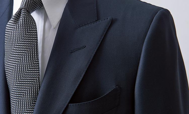 <p><strong>【Check!】ピークトラペル</strong><br /> このモデルでは下襟が剣先のように鋭く突き出したピークトラペルを採用。モダンな細幅ラペルに、華やぎを添えている。深めのVゾーンや、大きく湾曲した胸ポケットもオコナーの特徴だ。</p>