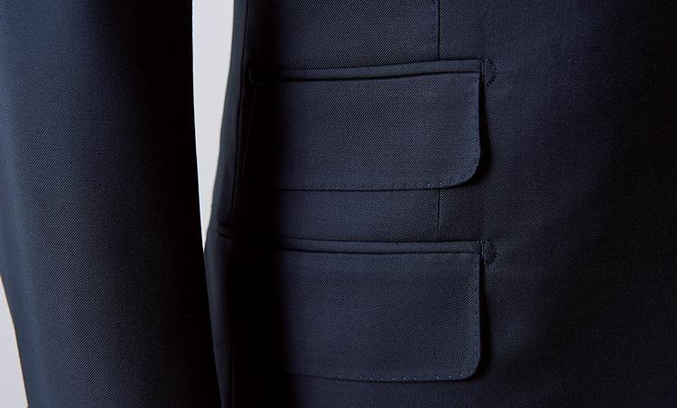 <p><strong>【Check!】ポケットのカッティング</strong><br /> 英国イメージを高めるチェンジポケットを装着。よく見るとオコナーのポケットのフラップは面積が大きく、端を丸くカットした独特のデザイン。このさりげない意匠性も服好きの心をくすぐる。</p>