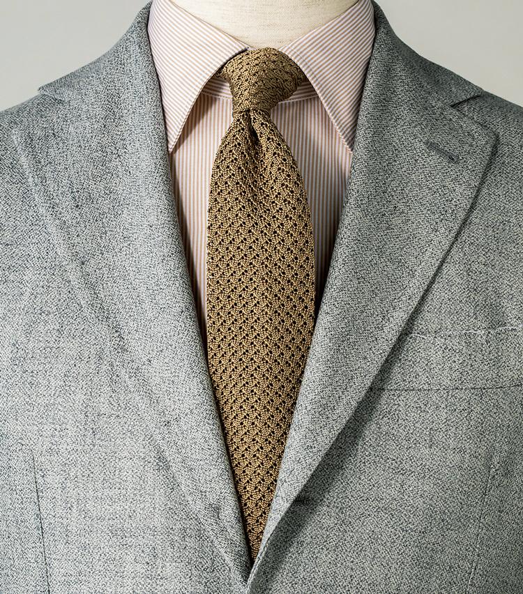 <p><strong>淡い色同士を合わせれば、ニットの軽さがより強調される。</strong><figcaption>ジャケット13万7000円/サルトリオ 、シャツ2万4000円/エリコ フォルミコラ(以上エストネーション)</figcaption>