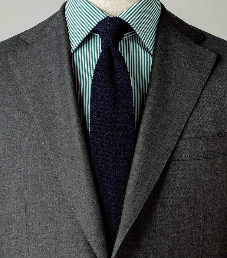 <p><strong>無地だからこそ、こういう柄の効いたシャツとの合わせも容易なのだ。</strong><figcaption>スーツ9万9000円/トゥモローランドピルグリム(トゥモローランド) シャツ1万3000円〈オーダー価格〉/麻布テーラー(Y&Mプレスルーム)</figcaption>