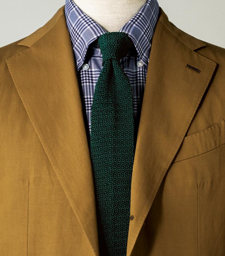 <p><strong>カーキ×グリーンというトレンド感ある色合わせ。チェックシャツを挟んだことで今らしいカジュアル感もアップ。</strong><figcaption>ジャケット16万円/カルーゾ、シャツ1万6000円/トゥモローランド ピルグリム(以上トゥモローランド)</figcaption>