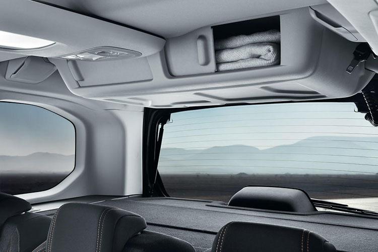 <p>リアシートの後方頭上にはリアシーリングボックスを配置、後席からでもラゲージからでもアクセスすることができる。</p>