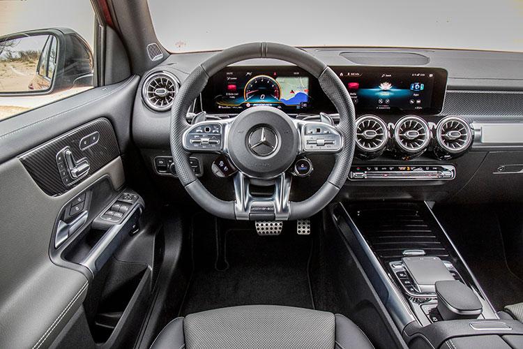 <p>AMGモデルにはドライブコントロールスイッチ付きAMGパフォーマンスステアリングが装着される。</p>