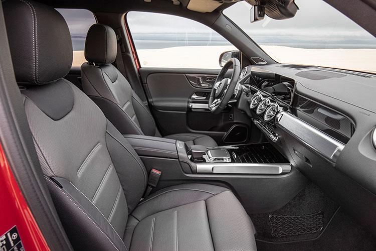 <p>フロントシートのヘッドルームは1068mmとセグメント最大級とされ快適性を高めている。</p>