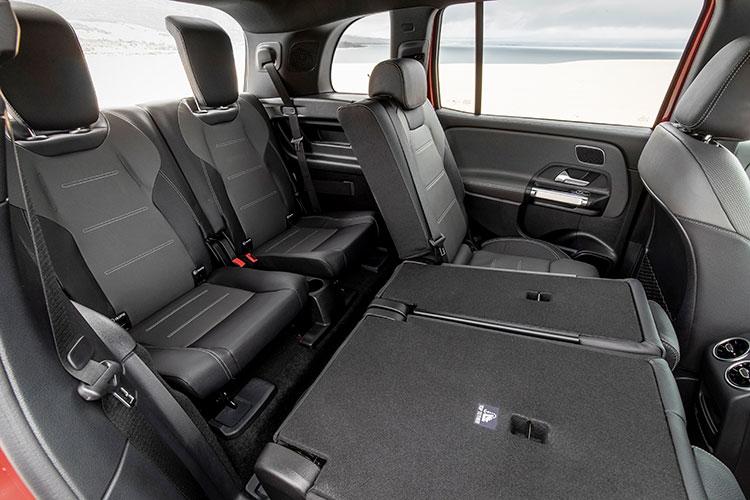 <p>メルセデス・ベンツのコンパクトモデルとして初の3列目シートをオプションで用意。格納式バケットシートを採用する。</p>