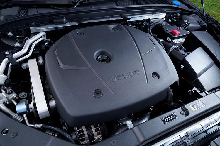 <p>T4とT5には2リッター直噴ガソリンターボを積む。出力などが異なり、T4は最高出力190ps/最大トルク300Nm、T5は254ps/350Nmとなる。</p>